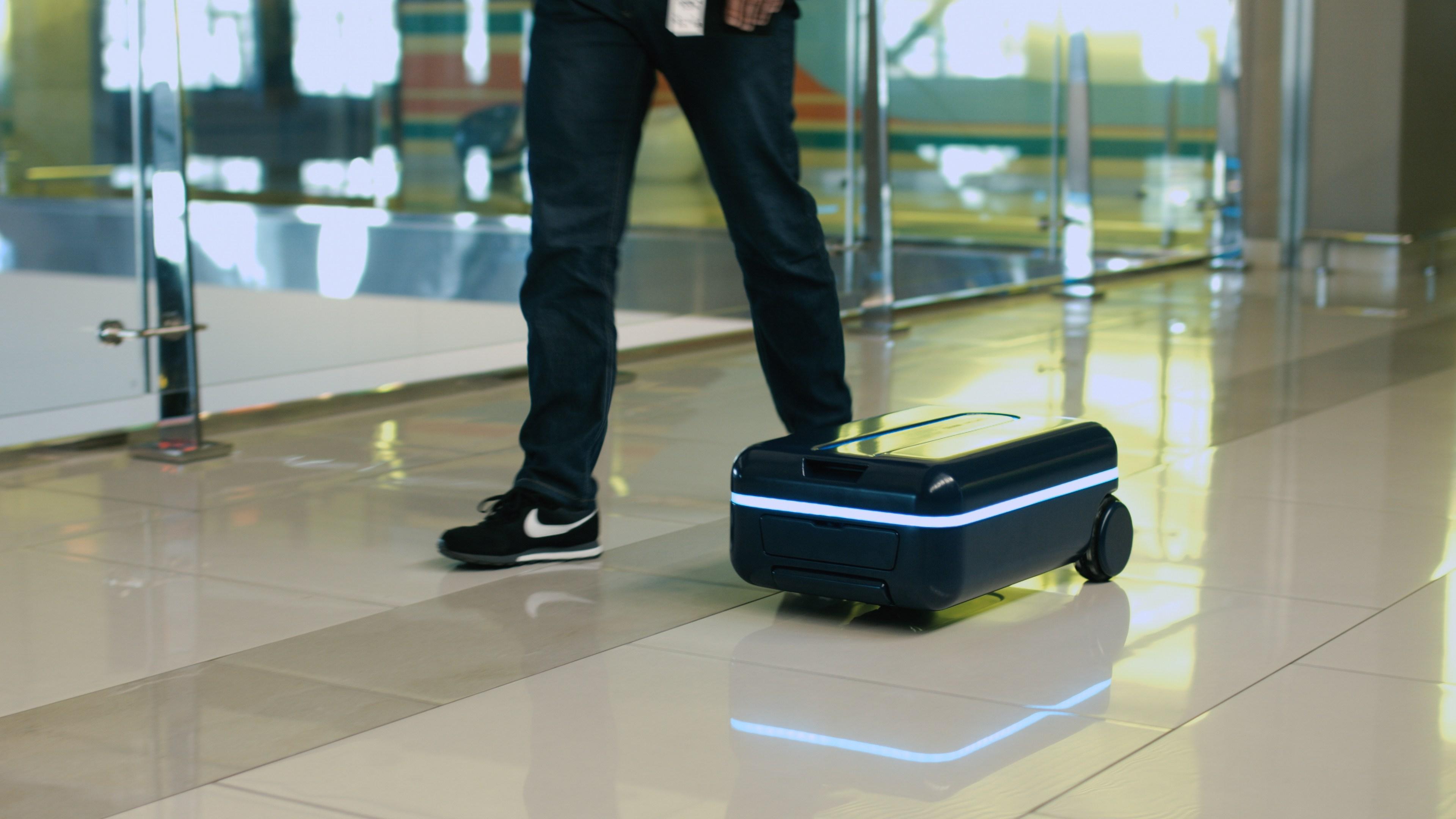 самостоятельное движение чемодана
