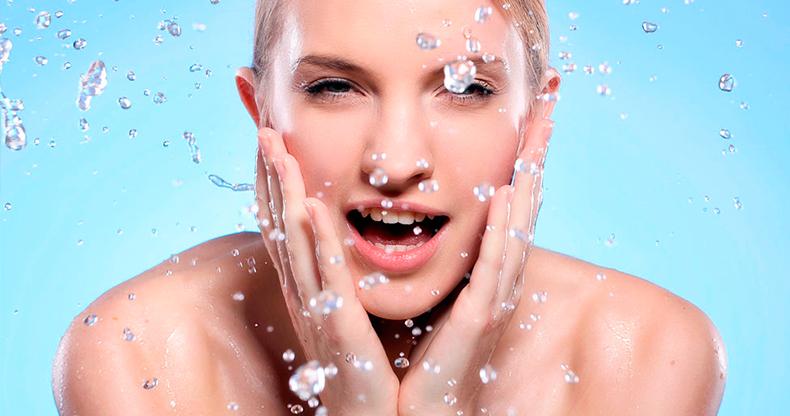 Оставляйте воду на лице после умывания